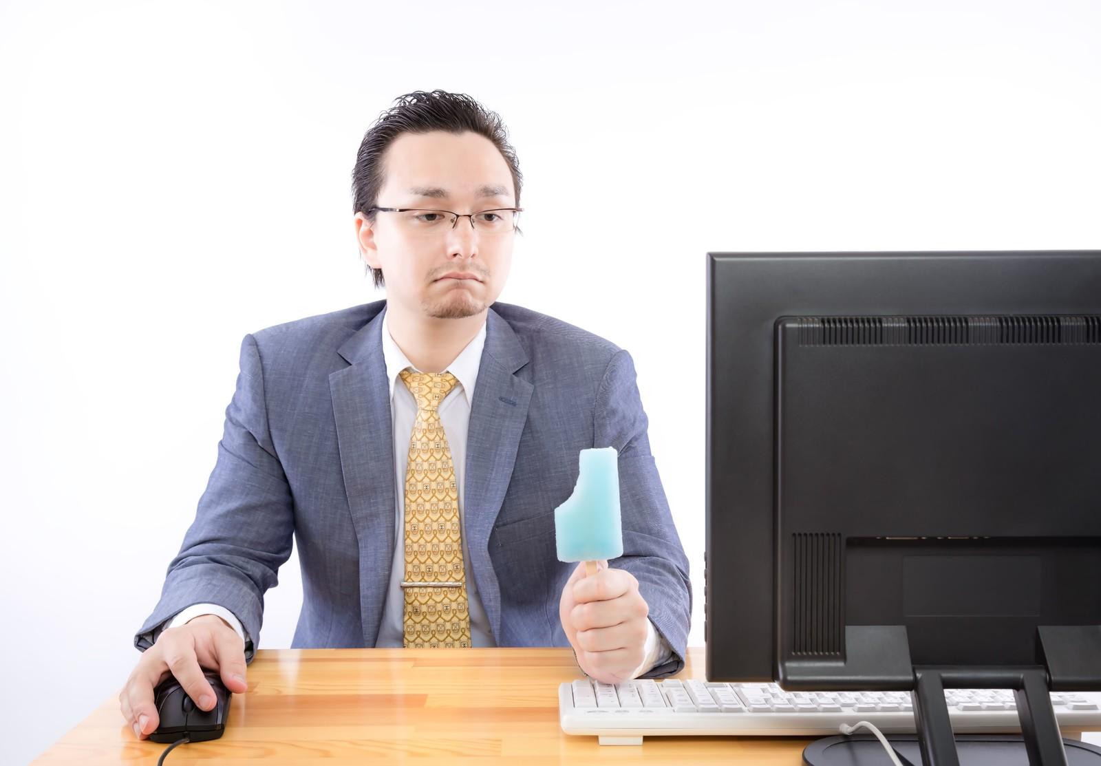 PCの前でアイスを持ってるおっさん